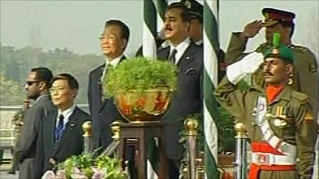 Chinese Premier Wen Jiabao (centre left) and Pakistani Prime Minister Yousuf Raza Gilani (centre right) and officials