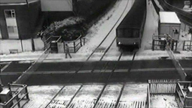 Pedestrian ignoring level crossing barriers