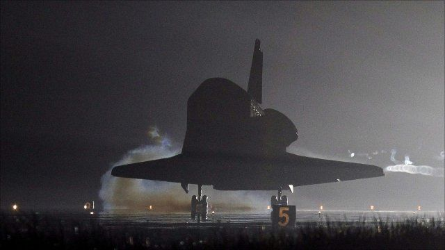 Associated Press image of Endeavour landing