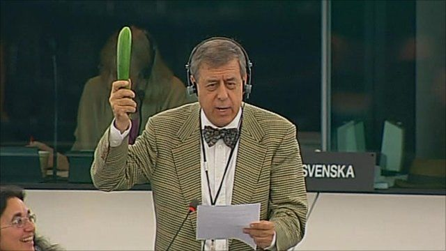 Francisco Sosa Wagner holding a cucumber