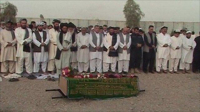 Mourners at the Ghulam Haidar Hameedi's funeral
