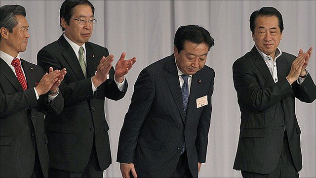 """Yoshihiko Noda, second from right, bows as outgoing Prime Minister Naoto Kan, right, and two of Noda""""s contenders, Sumio Mabuchi, left, Farm Minister Michihiko Kano applaud"""