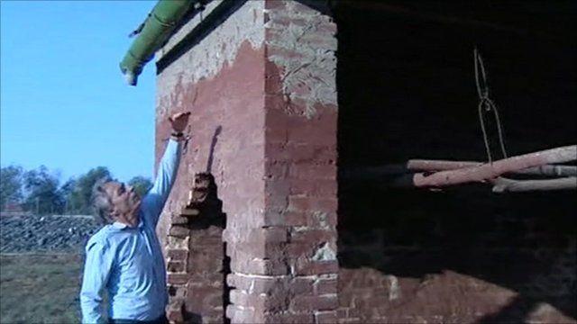 Nick Thorpe indicating sludge level