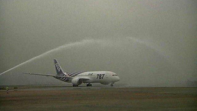 Boeing Dreamliner lands at Hong Kong airport