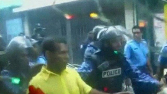 Mohamed Nasheed surrounded by riot police