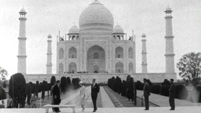 The Queen at the Taj Mahal.