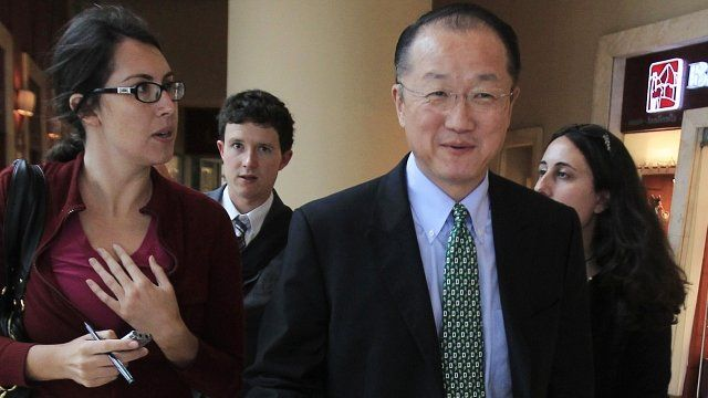 Reporters try to talk to new World Bank president Jim Yong Kim in Lima, 16 April 2012