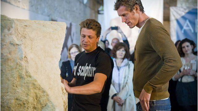 Sculptor Ben Dearnley (l) shows swimmer Mark Foster his creation