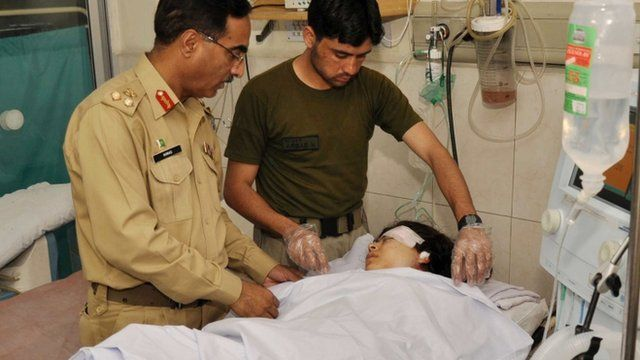 Pakistani army doctors give treatment to injured Malala Yousafzai
