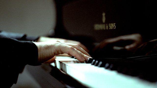 Person yn chwarae piano