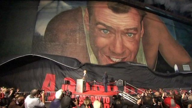 Bruce Willis unveils mural of his face