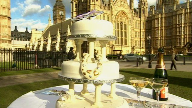 Wedding cake in front of Palace of Westminster
