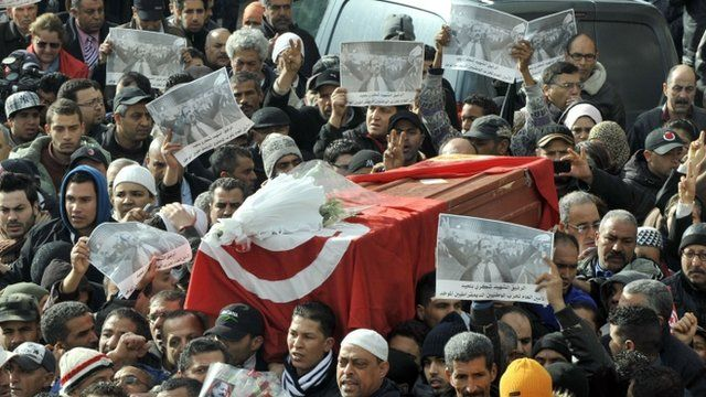 Hundreds of mourners surround the coffin of Chokri Belaid in Tunis