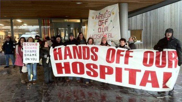 Protest yn erbyn newidiadau Bwrdd Iechyd Betsi Cadwaladr