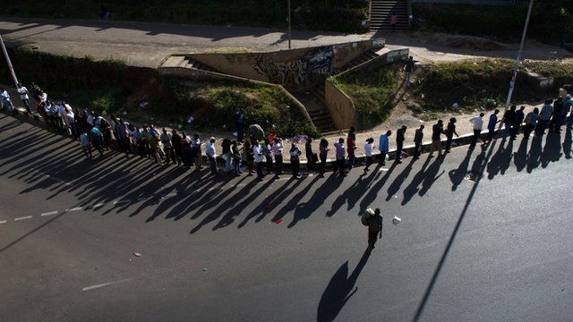 A long queue of voters, just before polling was due to close in Nairobi
