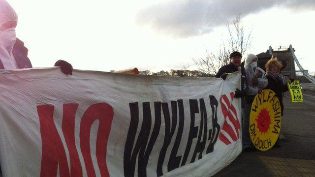 Protestwyr ger Pont y Borth ddydd Llun