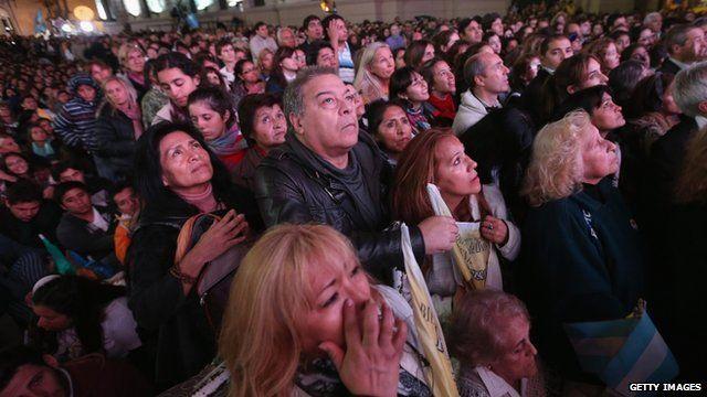 Crowds gather to watch Mass