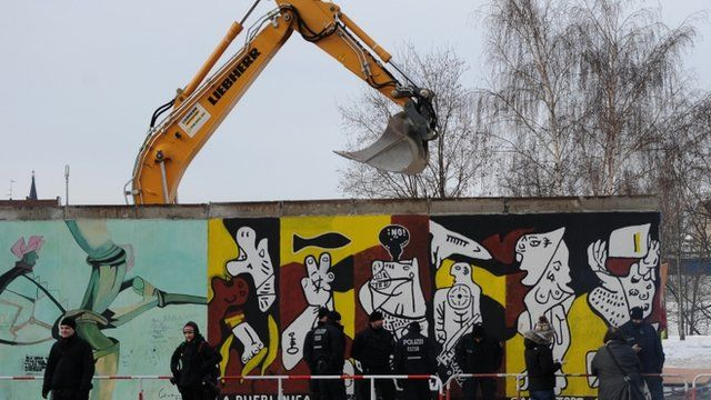 Crane removes parts of Berlin Wall