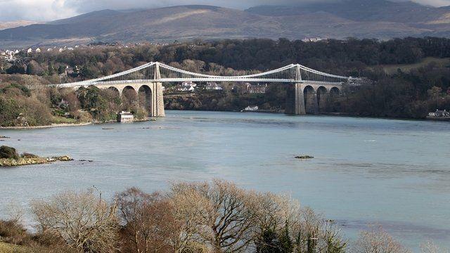 Pont Menai rhwng Ynys Môn a'r tir mawr