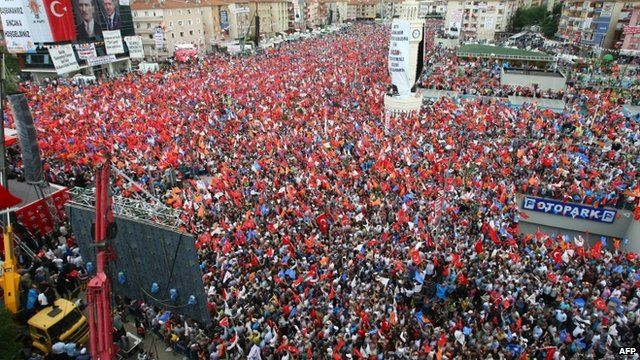Crowds of tens of thousands of Erdogan supporters