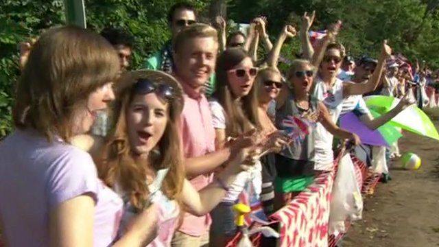 People queue for Wimbledon final