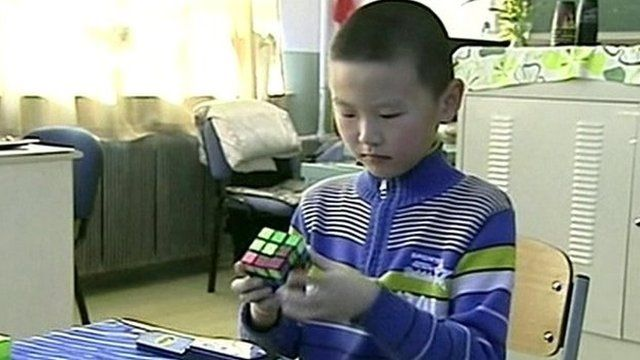 Li Dongyi working on a Rubik's Cube