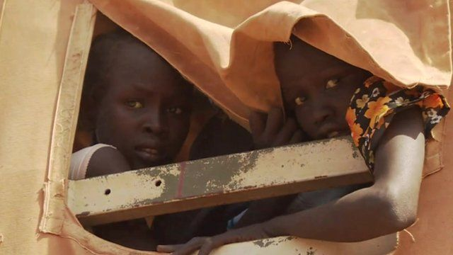 Children flee South Sudan city of Bentiu in trucks