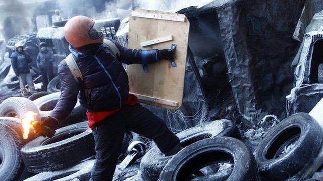 Protester throws petrol bomb in Kiev