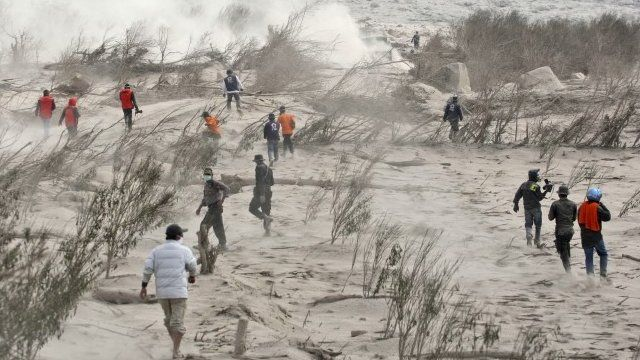 Rescuers search for victims of the eruption of Mount Sinabung in Suka Meriah, North Sumatra