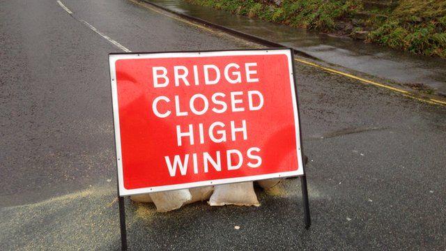 Sign explaining the Clifton Suspension Bridge is shut