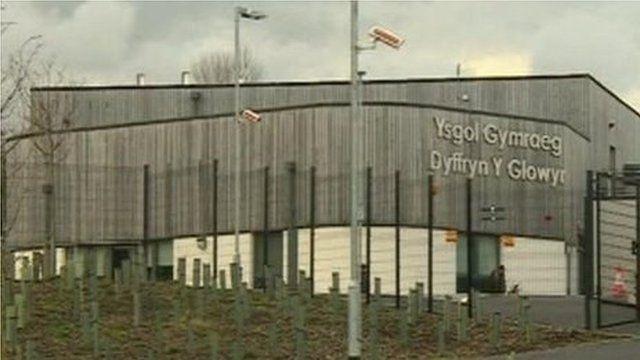 Ysgol Dyffryn y Glowyr yw'r unig ysgol yn y sir sydd yn cynnig addysg arbennig i blant rhwng 4-11 oed yn y Gymraeg