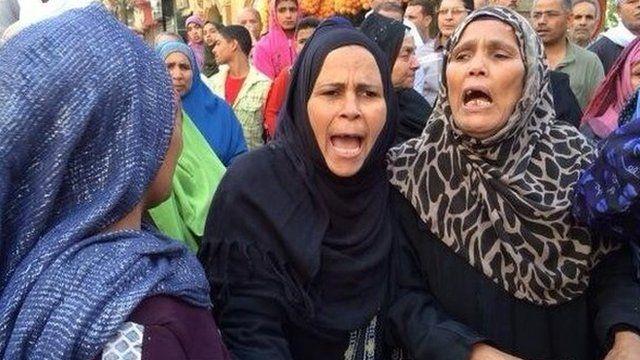 Relatives of defendants outside Minya court (28/04/14)