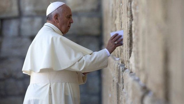 Pope Francis places a prayer in a crack in the Western Wall in Jerusalem's Old City (26 May 2014)