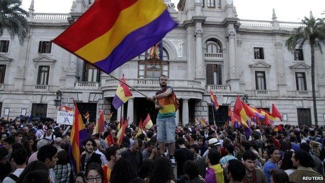 Protesters wave Spanish Second Republic flags in Valencia