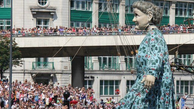The Grandmother Giant and spectators
