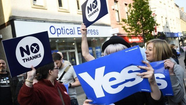 Yes and No voters argue as they wait for Scotland's First Minister Alex Salmond to do a walkabout in Perth, central Scotland, September 12, 2014