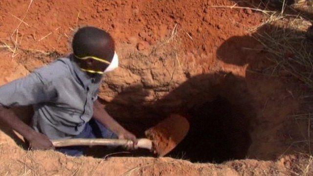 Man digging gave of first Mali Ebola victim