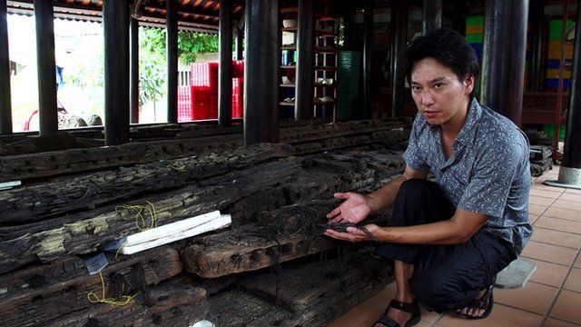 Jun Kimura explaining what you can tell from a piece of shipwrecked wood