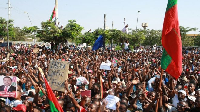 Thousands of Angolan opposition party Union for Total Independence of Angola (UNITA) members gather to protest against alleged irregularities in the Independent Electoral Commission operation on June 3, 2017 in Luanda. At least 4,000 Angolans marched through Luanda on June 3 to demand a fair election in August when President Jose Eduardo dos Santos is due to step down after 38 years in power.