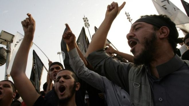 Supporters and members of hardline Islamist group of Ansar al-Sharia shout slogans during a demonstration against a film mocking Islam in Benghazi (24 September 2012)
