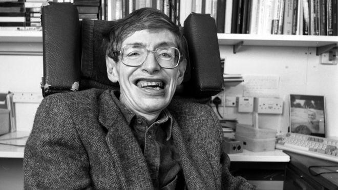 استیون هاوکینگ در سال ۱۹۴۲ متولد شد و در دانشگاه آکسفورد فیزیک آموخت و در دانشگاه کمبریج در کیهانشناسی مدرک گرفت