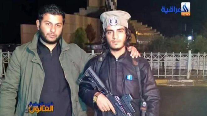 بکر مدلول (چپ) هنگامی که عضو داعش بود