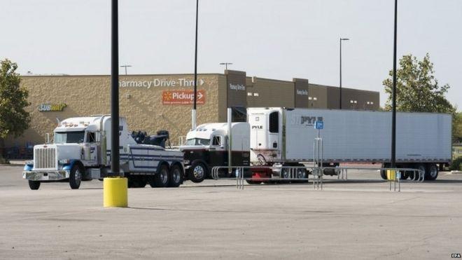载有疑似人口贩运受害者的货车在案发后被拖离现场。