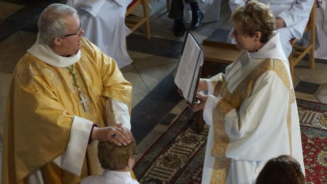 Obispo Gregory ordenar Dorothi Evans como diácono en junio el año 2016