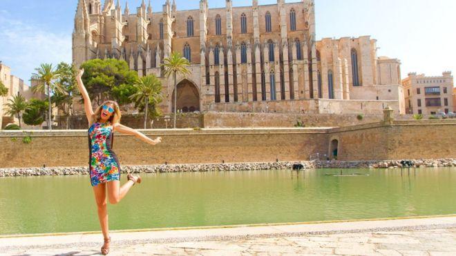 Una turista saltando de felicidad en Mallorca.