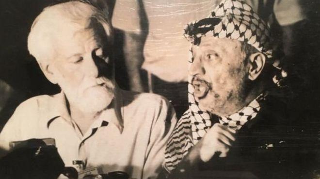 """من الارشيف الاسرائيلي : """"السمك المملح"""": هل كانت إسرائيل مستعدة للتضحية بصحفي كي تصل لعرفات؟ _100552910_7853420d-054a-435b-afb2-cb102f3005b1"""