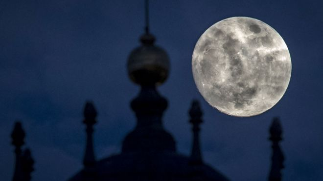 El gran disco lunar sobre las torres de la Basílica de Vilna, Litunia