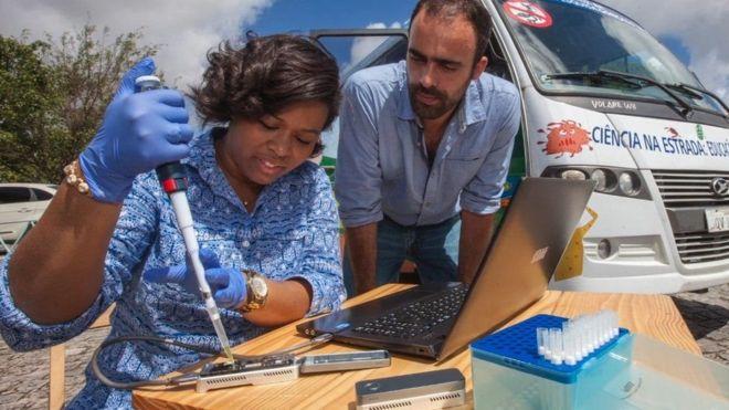 Médicos analisando vírus ao ar livre