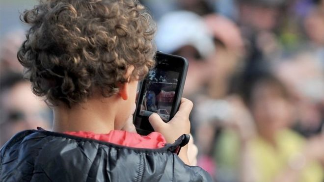 Crianças mexe em celular