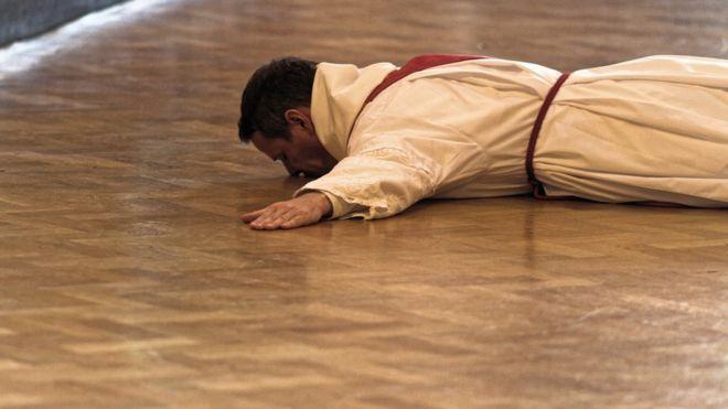 Philip Mulryne prostrado no chão